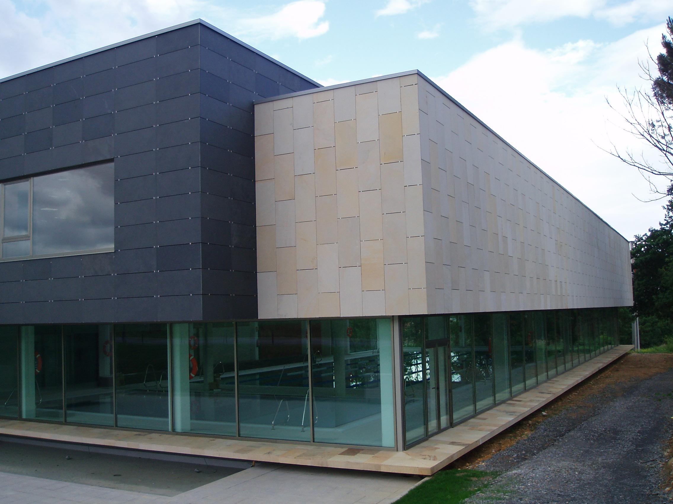 Foto de fachada ventilada de la piscina del ayuntamiento de Oleiros