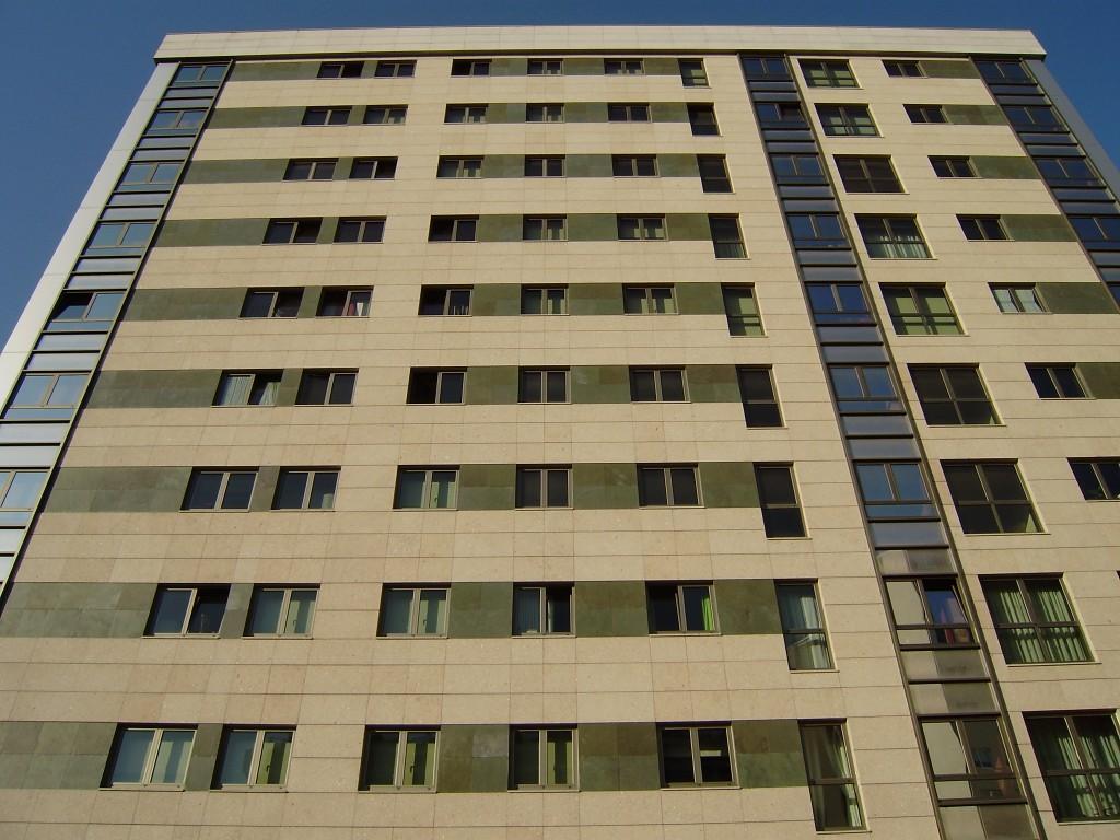 Foto de fachada ventilada en edificio grande